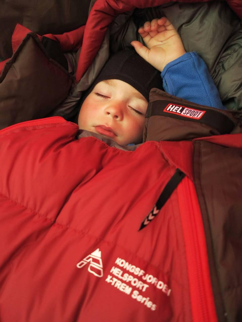 TRØTT: Varmt og godt i soveposen, selv om det er hvit vinter utenfor.