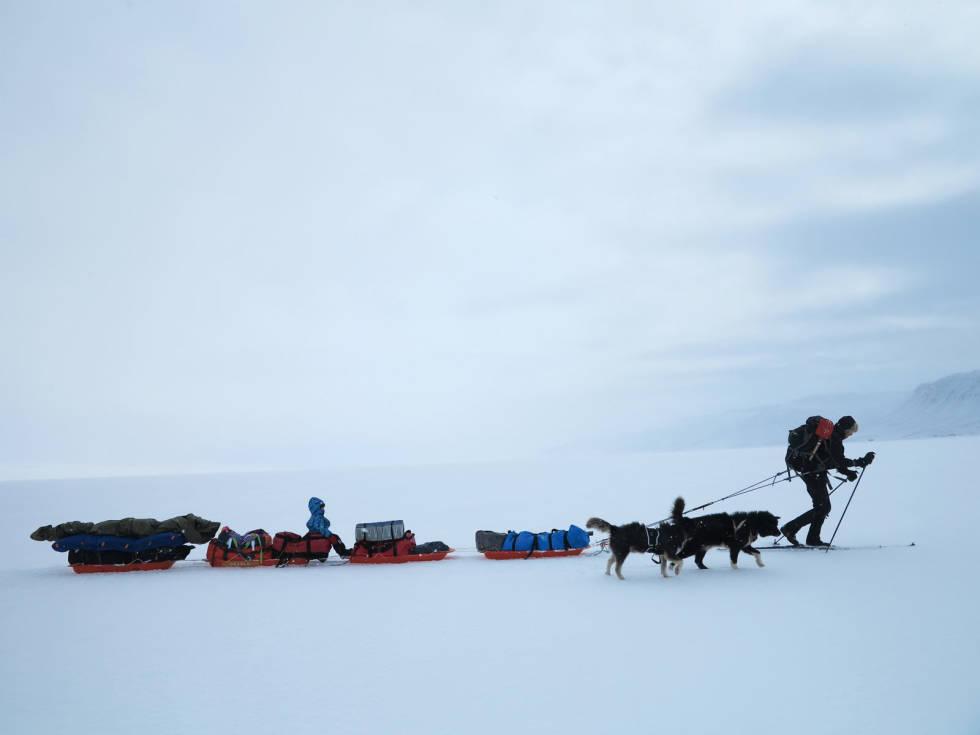 EKSTREM-VARIANTEN: Man klarer seg selvsagt godt uten fire pulker og to hunder. Det er naturen rett utenfor døren barna verdsetter høyest. Her er vi fra en tur på vei til Eirik Raudes Land på Nordøst-Grønland.