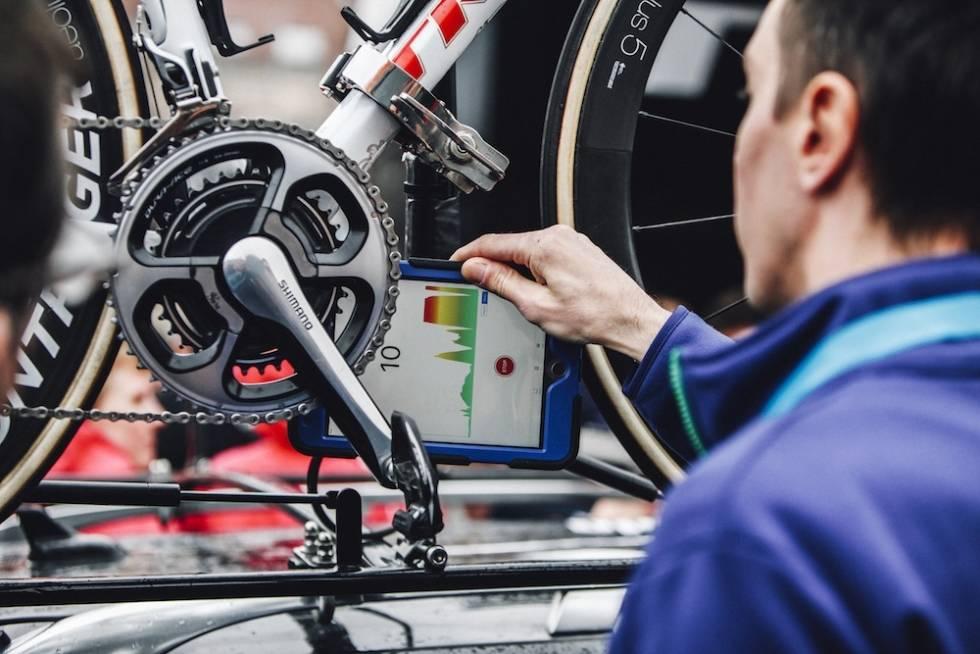 en dommer sjekker en sykkel for skjult motor i ramma