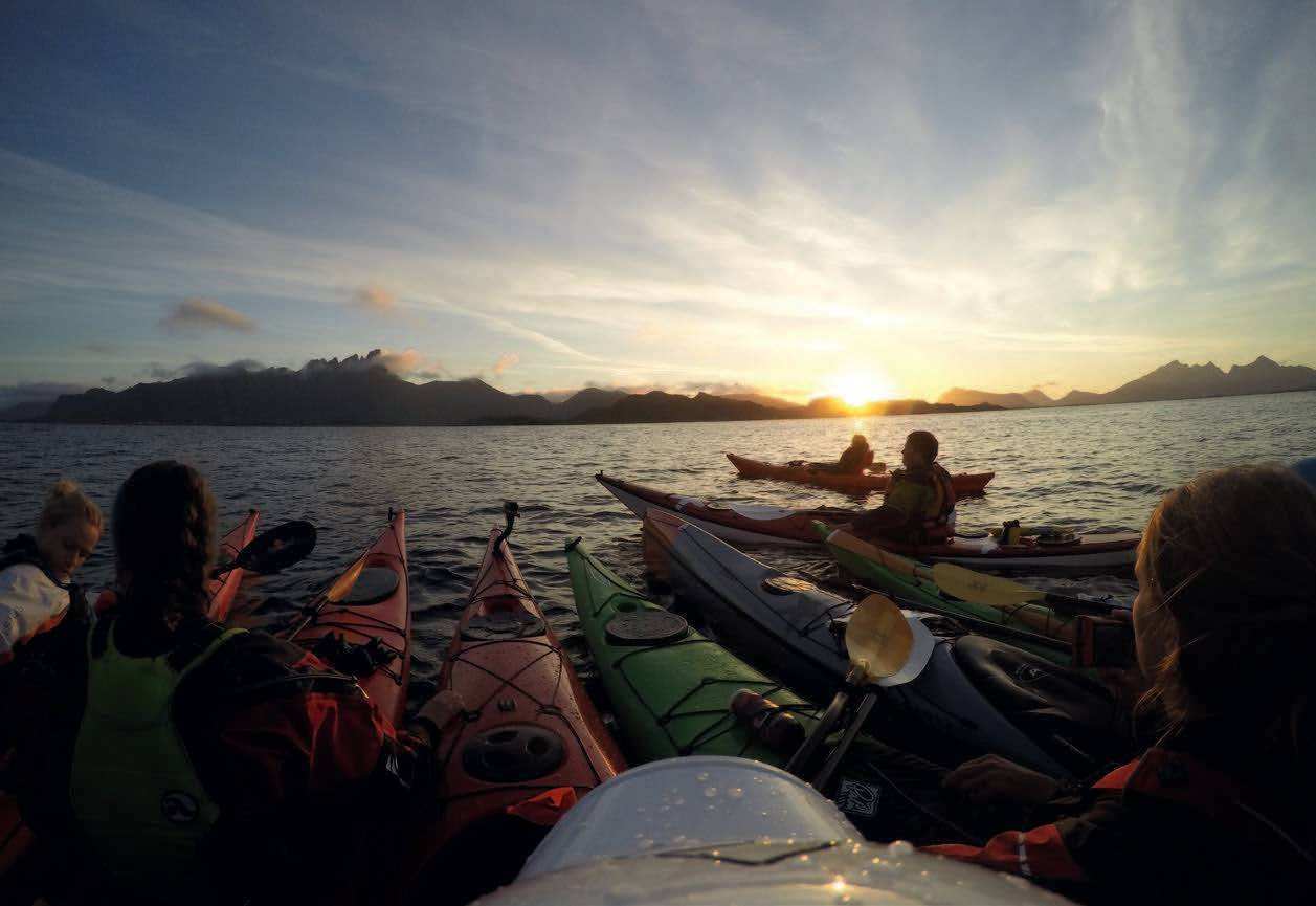SAMLET GJENG: Før vi legger ut på kryssing av fjorden, samles troppene. Greit å huske ta 12 kilometer kan være ca. to timers padling! Foto: Kristoffer Vandbakk