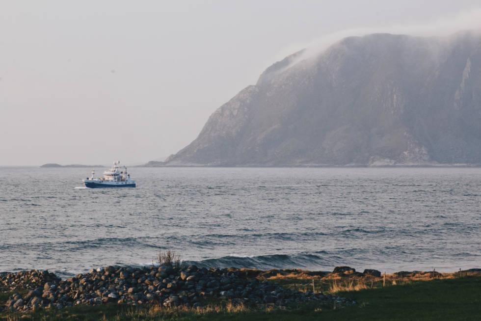 UTSIKTEN. Fiskebåtene som fyker forbi er en del av stemningen. Foto. Sunniva Sørheim