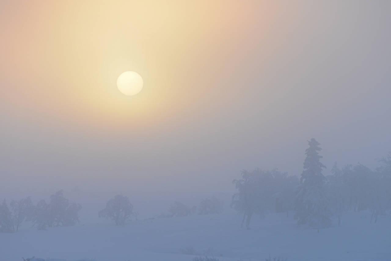 MORGENSTUND:  Solens svake varme brenner bort florlette skylag. Foto: Bo Lindblad