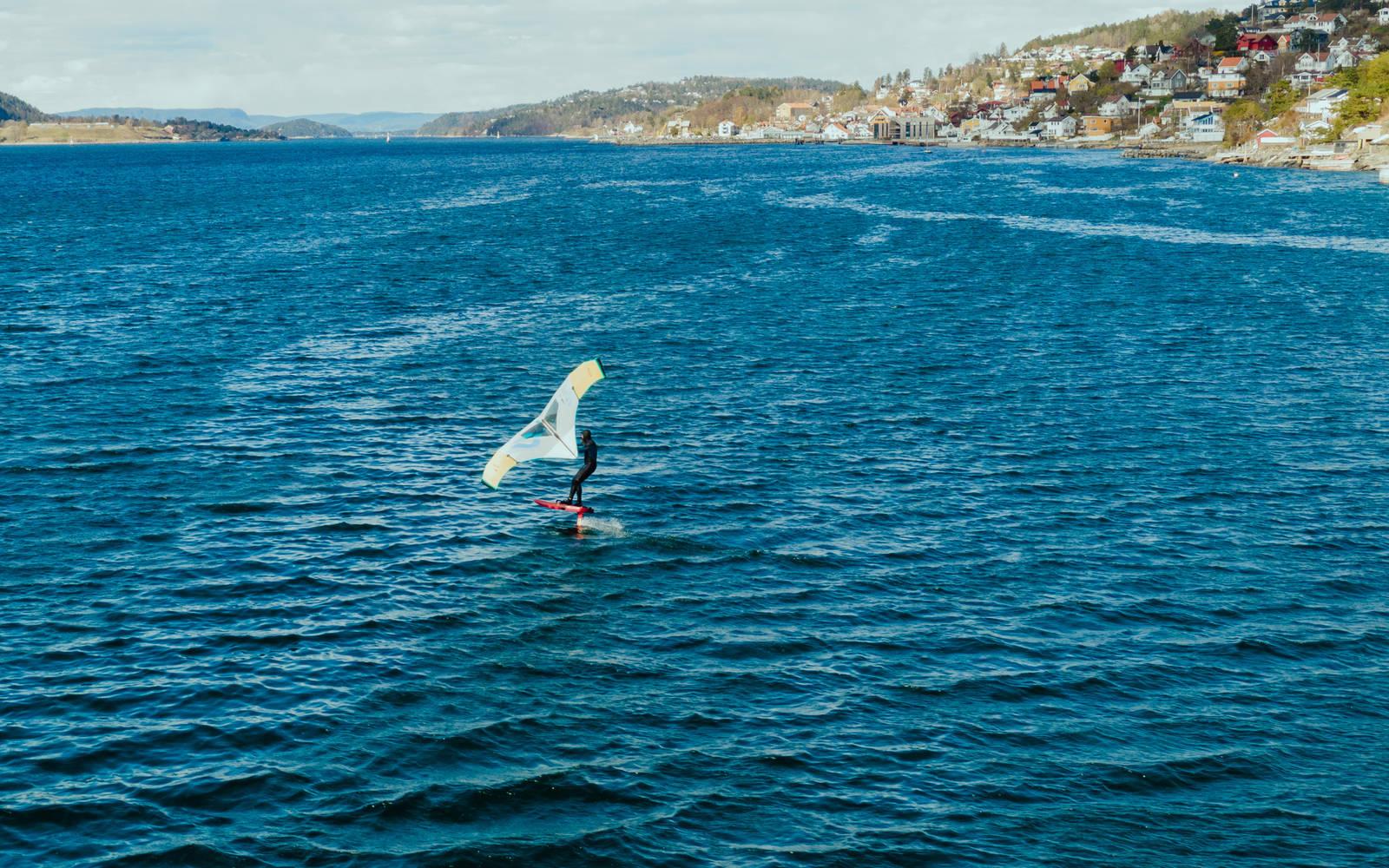 Målet er å komme seg ut av vannet og opp på foilen, som Sebastian Kjellstrøm. Bilde: Christian Nerdrum