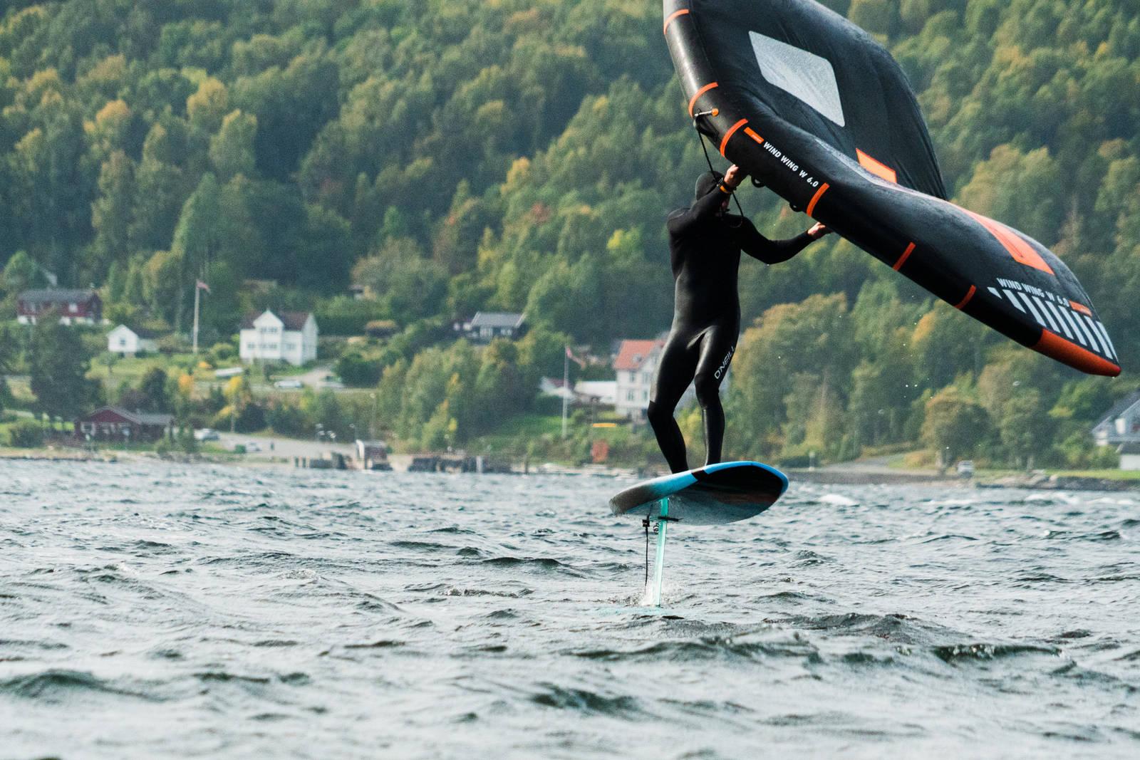 SOM Å FLY: Følelsen av å fly på foilen kan ikke sammenliknes med noen annen brettsport. Bilde: Christian Nerdrum
