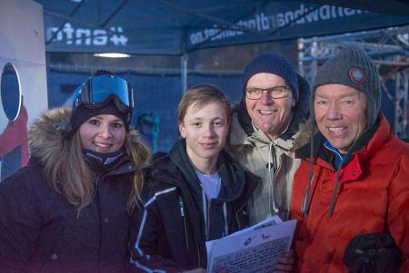 Landslagskjører Helene Olafsen var med å dele ut prisen sammen med Ove Orseth og Truls Omtvedt fra Norske geriatrikse snowboardere. Foto: Peter Gløersen
