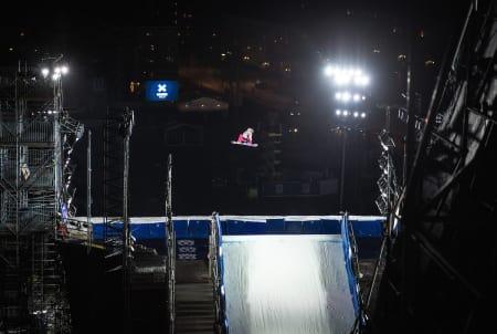 SVEVDE OVER OSLO: Kjersti Buaas på vei mot X Games-medalje i Oslo. Foto: Snowboardforbundet/Process Films