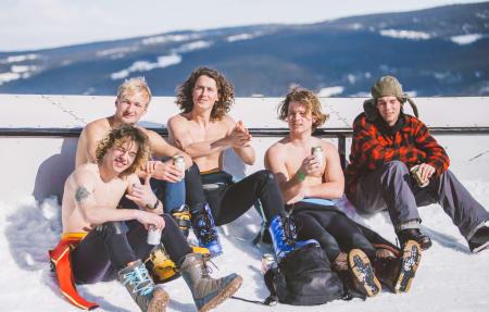 Surferne på Mushroom Crew tar seg en velfortjent pause! Foto: Process Films / Snowboardforbundet