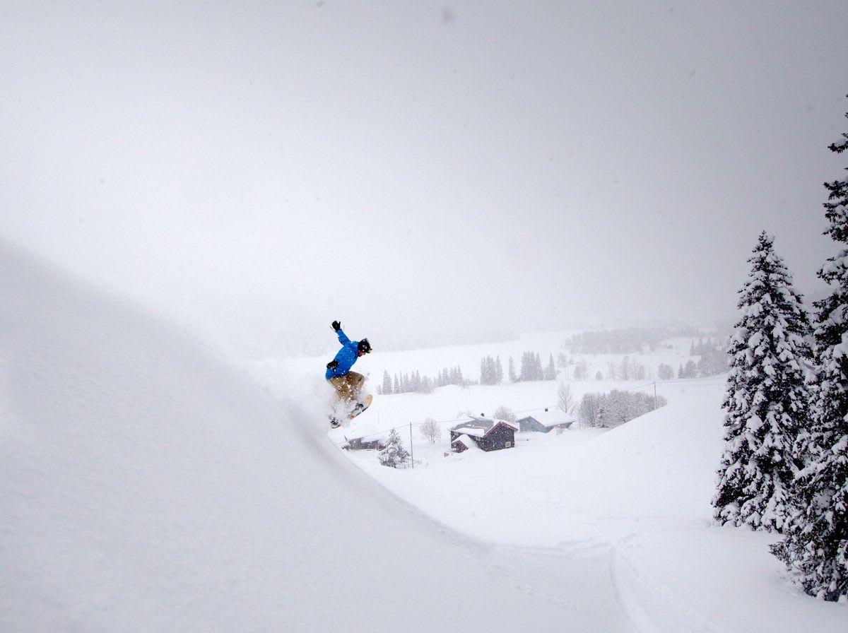 LEK: Med god snø er puddersurfing lett å lære. Foto: Bjarte Hestdalen.