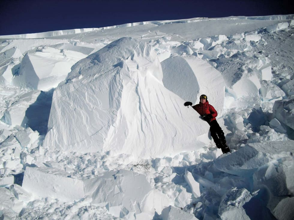 Boka Den lille snøskredboka er rikt illustert. Foto: Kjetil Brattlien