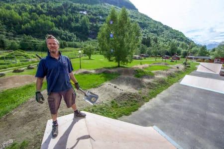 Vi har fått frigjort noen av hyttene du kan se i bakgrunn av Folven-sjef Fred Syversen!