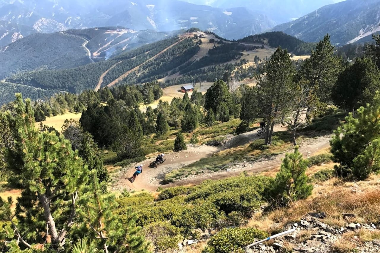 Vil du sykle her sammen med Makken og Andreu Lacondeguy? Da blir du med på Fri Flyts Tur til Andorra i august. Foto: Ivrig