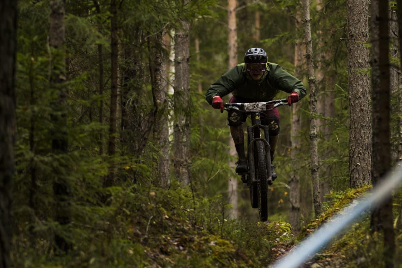 Ringerike Enduro rammes ikke av elsykkelforbudet Markaloven, og blir første enduro i Norge til å tilby elsykkel-klasse. Her er Knut Erik Haugen fra premiereutgaven i fjor høst.  Foto: Per-Eivind Syvertsen
