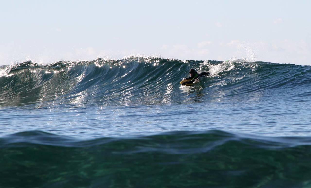 SURFING PÅ JÆREN: Erlend Røhrt (11) i og glitrende Jæren-bølger i oktober. Foto: Audun Holmøy Røhrt