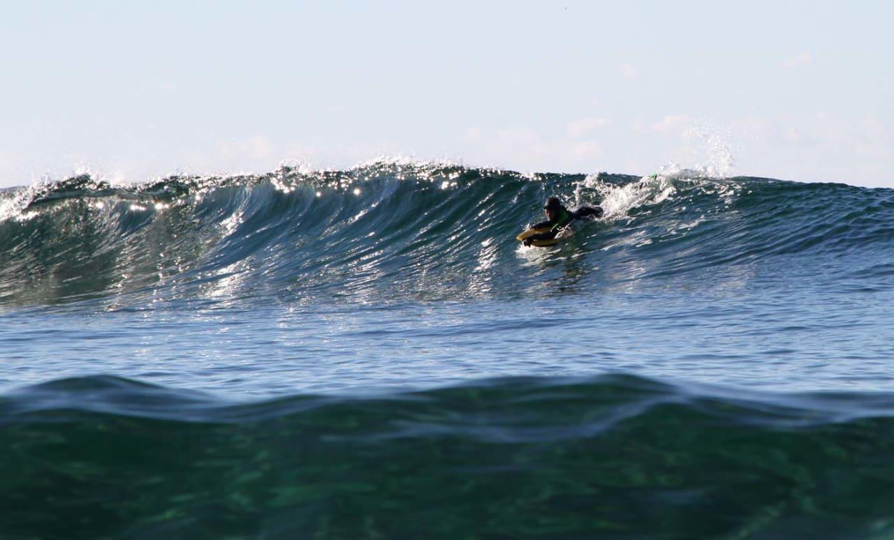 Erlend Røhrt, 11 år, og glitrende Jæren-bølger i oktober. Foto: Audun Holmøy Røhrt