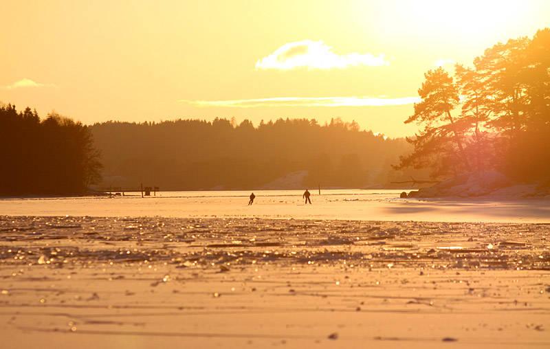 Naboene fra Vear og Stokke må pent holde seg på sin side av fjorden, i forgrunnen ses råka etter kranbåten.