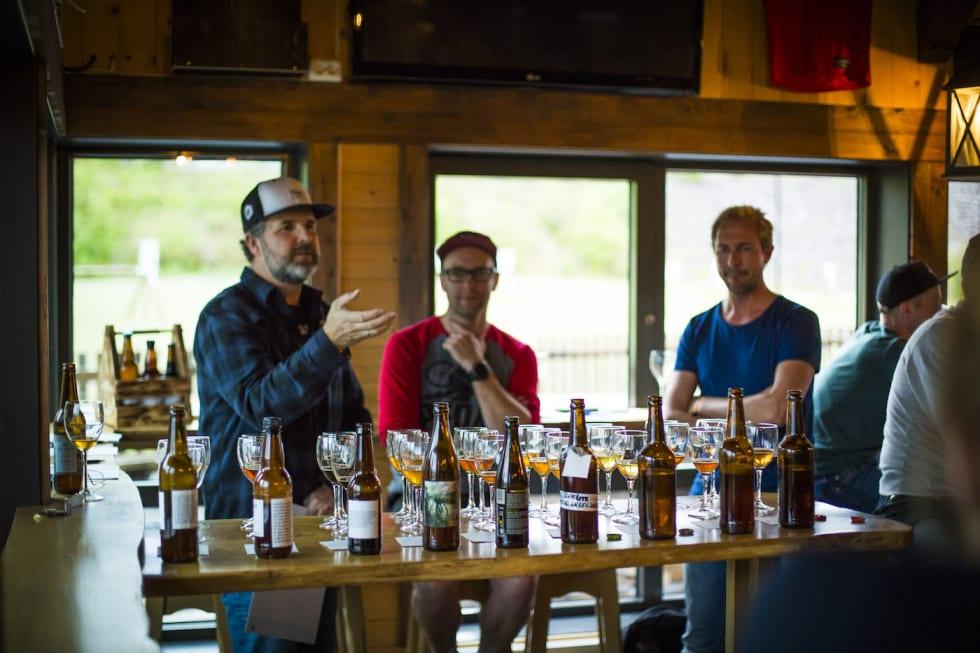 Dommerpanel hadde en stor oppgave på Utflukts aller første ølbryggerkonkurranse, der Henrik Osebergs Gårdsøl gikk av med seieren. Foto: Snorre Veggan